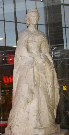 Памятник Елизавете Баварской на западном вокзале Вены