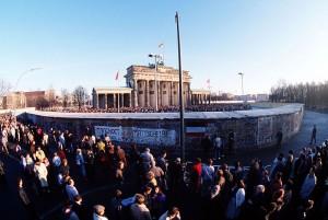 Бранденбургские ворота, 1 декабря 1989 г. Доступ через них еще закрыт, проход откроется только 22 декабря