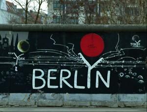 Многие работы галлереи посвящены теме (разо)единения Берлина