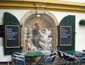 """Рядом расположено кафе """"У василиска"""" - всё для туристов :)"""