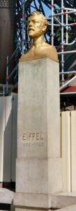 Памятник Густаву Эйфелю у основании Эйфелевой башни