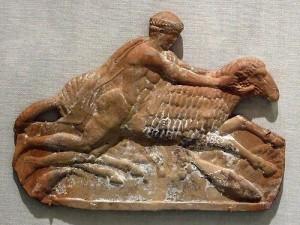 Древнегреческая терракотовая доска, изображающая Фрикса на золоторунном баране (ок. 450 г.до н.э.)