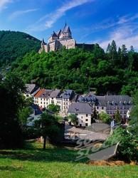 Замок возвышается над городом на высоте 450 метров
