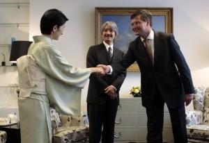 Принц Акисино (в центре) и его супруга Принцесса Кико Кавасима встречаются с  Премьер-министром Нидерландов Яном Петером Балкененде в его офисе в Гааге во время посещения японской делегации в честь празднования 400-летия нидерландско-японских торговых отношений (25 августа 2009)