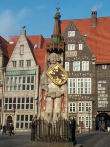 Бременский Роланд, позади статуи — городская ратуша
