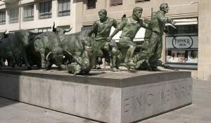 Статуя, появященная encierro (бегу быков), в Памплоне