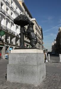 Скульптура «Медведь и Земляничное дерево» из бронзы и камня была возведена на площади Пуэрта-дель-Соль в 1967 году.