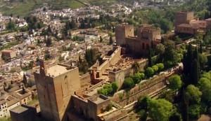 Величественная крепость возвышается над городом