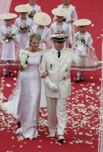 На венчании Альбер II, согласно княжескому протоколу, был одет в летний белый вариант формы командующего корпуса монегаских карабинеров. На княгине Шарлен было надето роскошное белое платье, вышитое платиновой нитью. Шлейф платья достигал пяти метров. Наряд создан итальянским домом моды Armani.