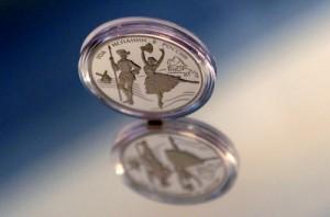 Серебряная монета номиналом три рубля, приуроченная к «Году Испании в России» на презентации в Гознаке. Фото: РИА Новости