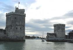 Выход из Старой гавани Ла-Рошели. Слева Башня Святого Николая, справа - Цепная Башня