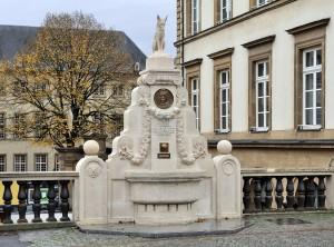 Памятник Мишелю Роданже и Лису Ренарду в г.Люксембурге (скульптор Jean Curot)