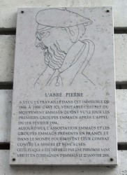 Мемориальная доска в штаб-квартире организации «Эммаус» в Париже