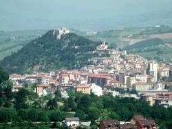 Общий вид на Кампобассо, за вершине скалы - замок Монфорте