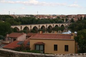 Каменный мост через реку Дуэро является одним из символов города