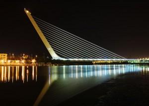 Мост Аламильо (Puente del Alamillo) ночью