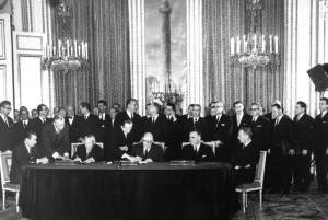 Подписание германо-французского соглашения в Версальском дворце (Париж) 22 января 1963 года. За столом: министр иностранных дел ФРГ Герхард Шрёдер, канцлер Конрад Аденауэр, президент Франции Шарль де Голль, премьер-министр Франции Жорж Помпиду и министр иностранных дел Франции Морис Кув де Мюрвиль.